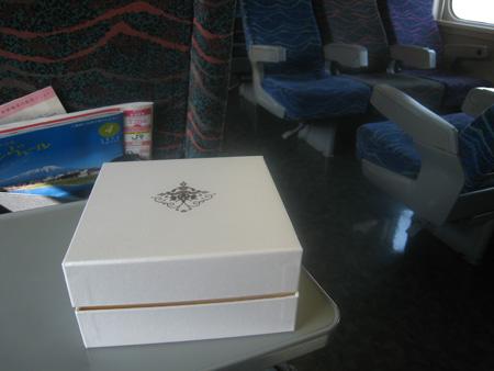 新幹線の中で贈答箱を撮ってみる