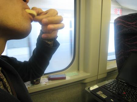くがにちんすこうを長野新幹線の中でパクリ