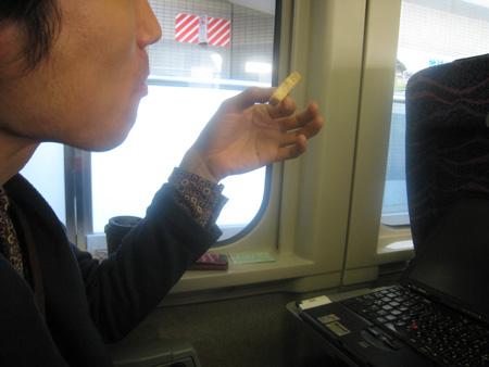 長野新幹線で友人にくがにちんすこうをあげました